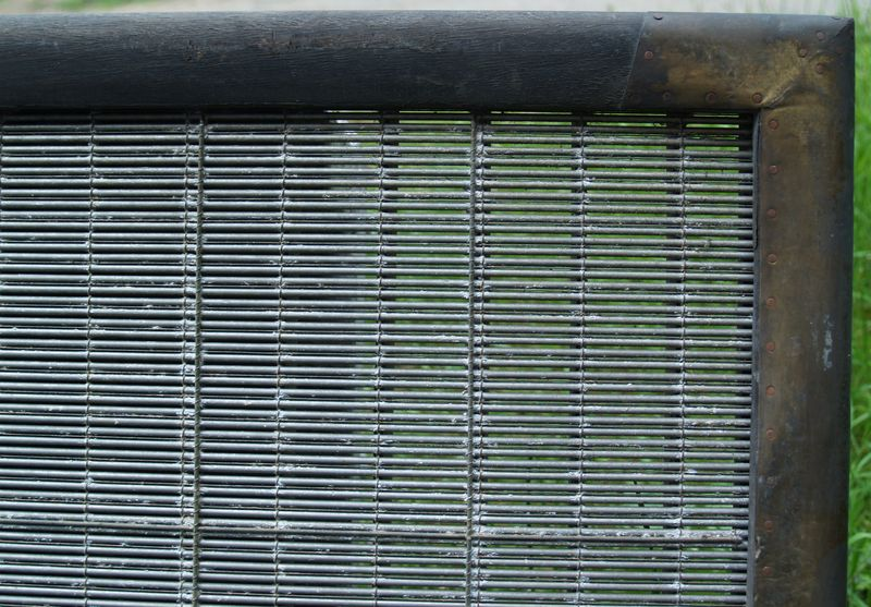 M252b Heavy laid card moulds with tearing wires - close up